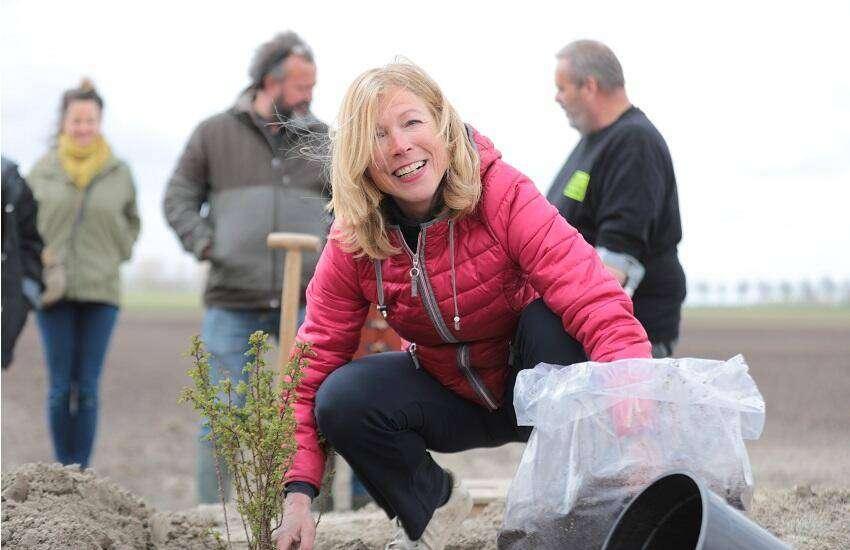 Brenda Horstra opent eerste keverbank in sierteeltsector (foto Monique Nuijten)